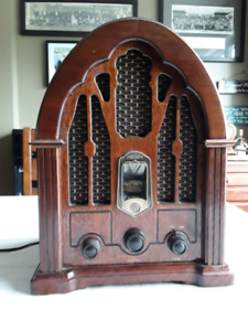 GE Vintage Cathedral Style AM/FM Radio / 1988