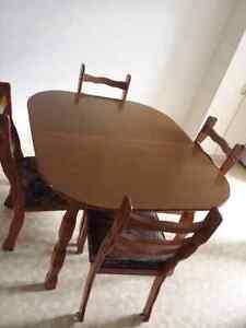 Table de cuisine et 4 chaises