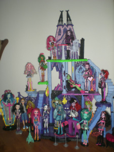 Chateau et poupées Monster High castle and dolls