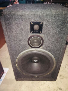 One Cerwin Vega PD3 - DJ Speaker 300 watts