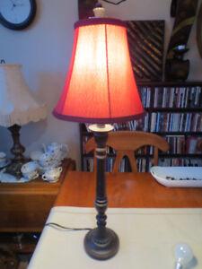 Lampe de table abat-jour rouge.