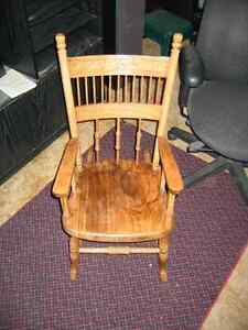 ANTIQUE CHILD'S OAK ROCKING CHAIR.