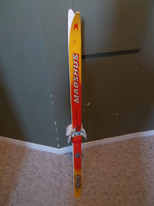 Cross country skis for 4-5 year old kids. Waxless. 3 pin. 120 cm