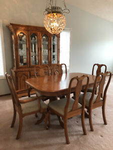 Beautiful Oak Dining Room set- Must see! Pristine!