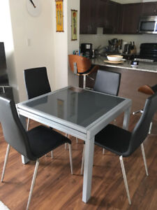 Structube extendable dining table - mint condition