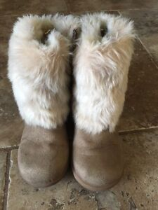Girl's fur boots size 11