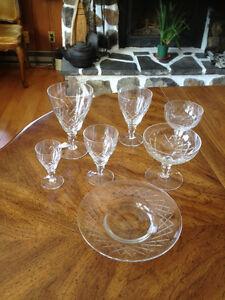 Ensemble de verrerie en verre taillé.Au moins 6 pièces de chaque