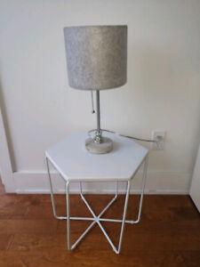 Table de chevet blanche et lampe Ikea