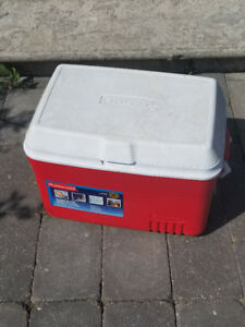 LIKE NEW! Red Rubbermaid 48qt Cooler with Ice Pack