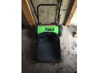 Manual lawnmower with grass box