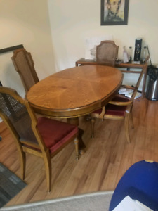 Dinning room table X 4 chairs 400$ OBO
