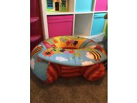 Red kite sitting aid with removable play table