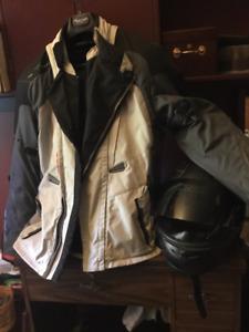 Veste moto avec plastrons de protection et casque
