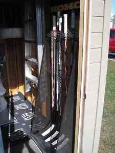 Support métallique noir pour 24 bâtons de hockey