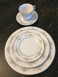 Melissa by NORITAKE China 8 (5 Piece) Settings Plus Serveware