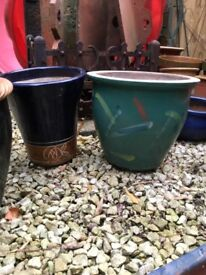2 garden planters / pots