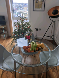 Glass dining table (diameter 105 cm) and 4* dining chairs (Greenwich)