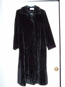 Très beau manteau long en imitation de fourrure.