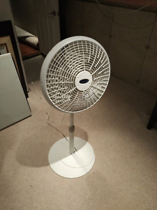 3 speed Oscillating Fan on stand