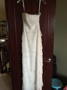 White wedding gown size 6 (fits smaller) price reduced