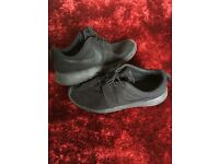 Men's all black Roshe Run trainers (8)