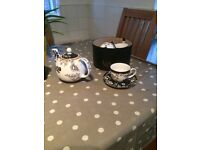Set of 4 cups and saucers with tea pot, V&A retro vintage