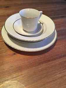 Set de vaisselles blanc (8) porcelaine de Roumanie