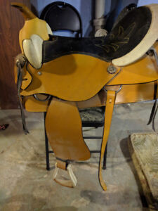 leather horse saddle with pad and  weaver  smart cinch