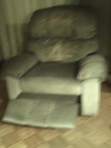A donner fauteuil bleu inclinable et berçant style lazy boy