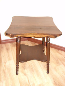Vieille table d'appoint