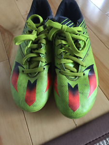 Boys Messi 15.3 soccer cleats size 7.5