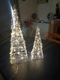 CHRISTMAS LIGHT UP PIRAMIDS