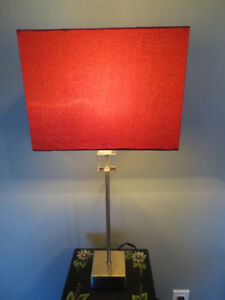 Lampe de table abat-jour rouge.
