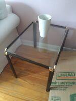 Petite table basse de salon en verre