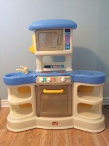 cuisinette pour enfant avec vaisselle et aliments