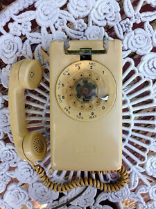 Vintage Rotary Dial Wall Mount Cord Telephone / Telephone Mural