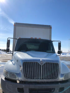 2005 International  manual drive 24foot straight box