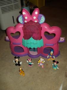 maison minni mouse avec figurines 10$ pas négociable