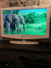 """SAMSUNG """"32 inch"""" glossy WHITE . LED TV with remote control & Stand ."""