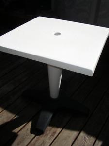 ==1 TABLE PATIO EN RÉSINE BLANCHE ET NOIR==