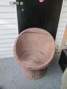 Chaise en rotin et meuble micro onde