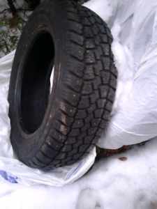 2 Studded winter tires/pneus d'hiver à clous