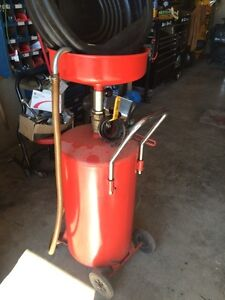 Extendable oil catch can
