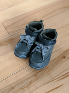 Like new toddler shoes boots size 7