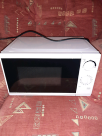 White 1100 watt as new microwave oven