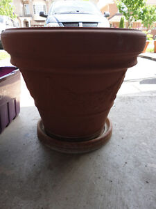 Large round terra cotta planter pot London Ontario image 2