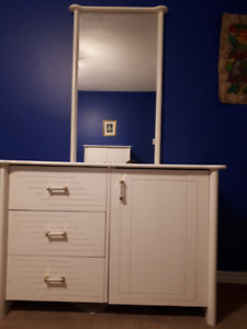 Dresser White Mirror And Furniture In Ottawa