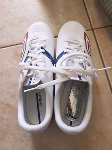 Brand new Umbro soccer shoes size 6