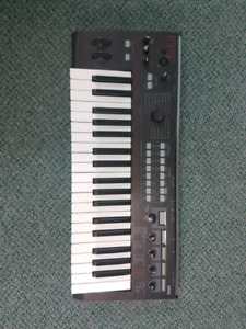 KORG R3 MINT CONDITION WITH STAND, CARRYING BAG. $350 OBO