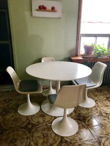 Vintage MCM Saarinen/Knoll-Style Tulip Table and Chairs